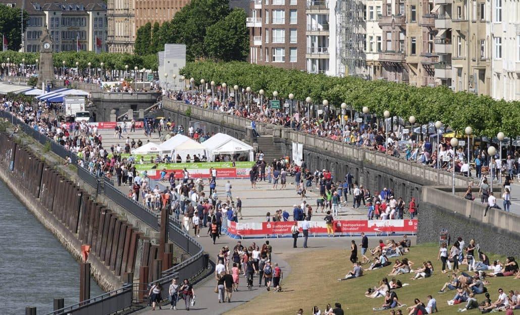 Blick über das Veranstaltungsgelände an der Düsseldorfer Rheinuferpromenade