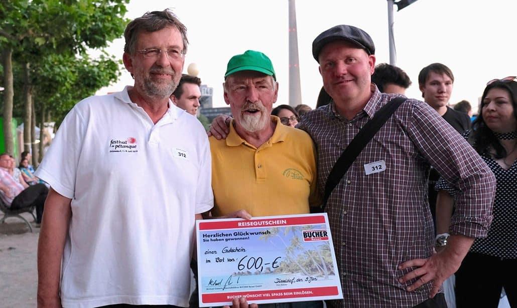 Das Siegerteam des Turnieres Grand Prix de Düsseldorf mit Reisegutschein