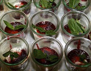 Dessert mit Minzblättern in Gläsern
