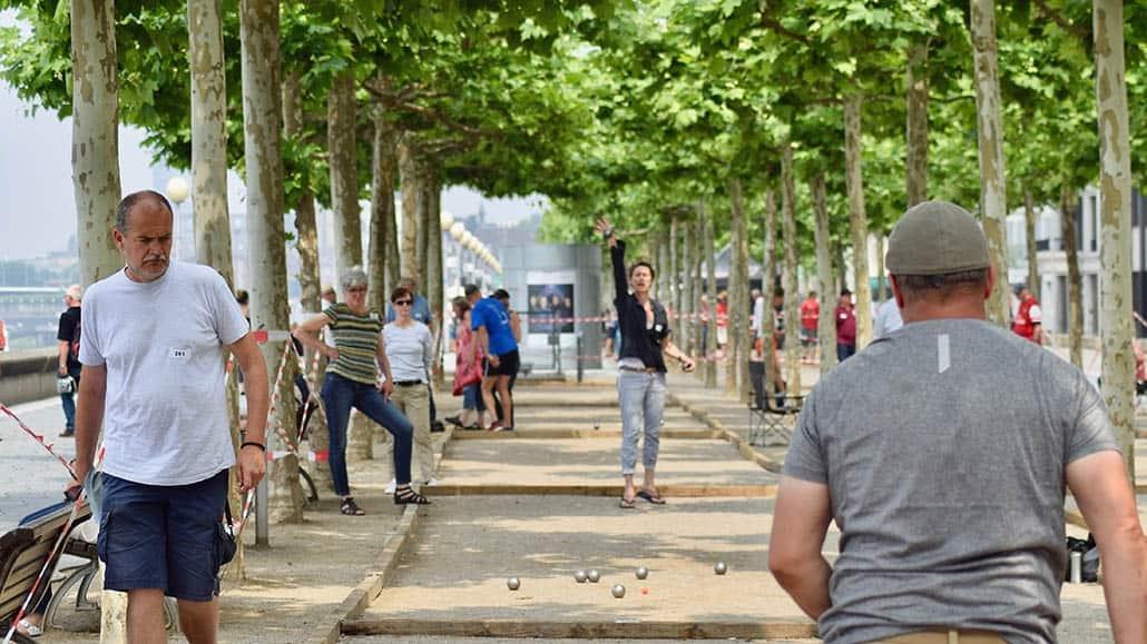 Spielbahnen unter Platanen an der oberen Promenade