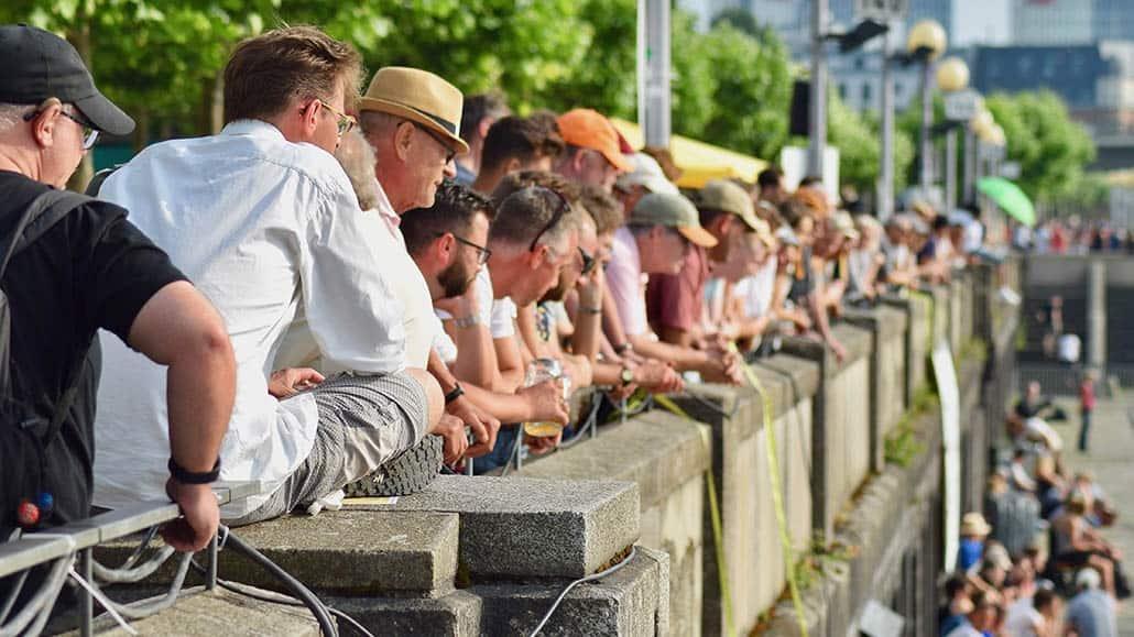 Zuschauer entlang der oberen Kaimauer